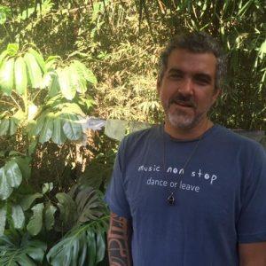 O produtor cultural Coy Freitas into the wild com o Music Non Stop