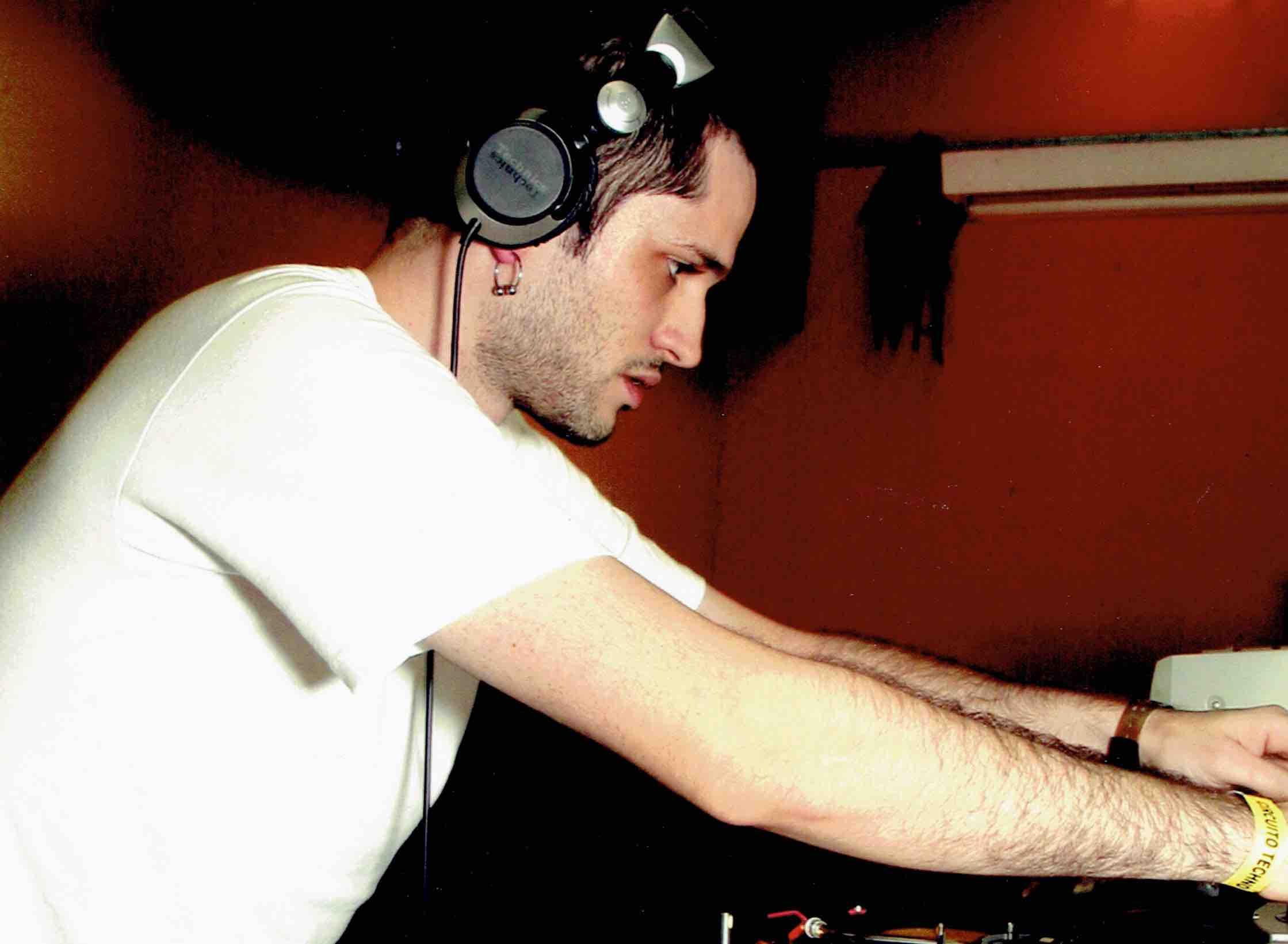 """O Renato era um dos DJs nacionais que mais tocavam na Circuito. Na nossa primeira festa, em 2001, ele abriu o set com """"Pontapé"""" cortado num acetato, meses antes de sair pela Intec, de Carl Cox. Diz a lenda que o Chris Liebing, que ouviu a faixa antes de todo mundo nessa Circuito, se arrepende até hoje de não ter lançado """"Pontapé"""" pelo seu selo, CLR."""