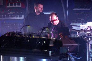 Tom Rowland e Ed Simons tocando com o The Chemical Brothers