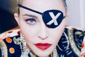 Madonna usando tapa-olhos