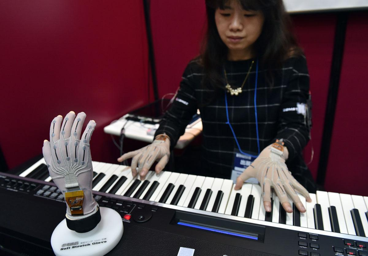 mulher japonesa tocando teclado