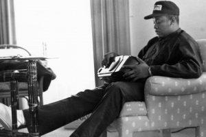 Dr Dre sentando no sofá