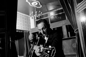 Paulo Miklos com o violão