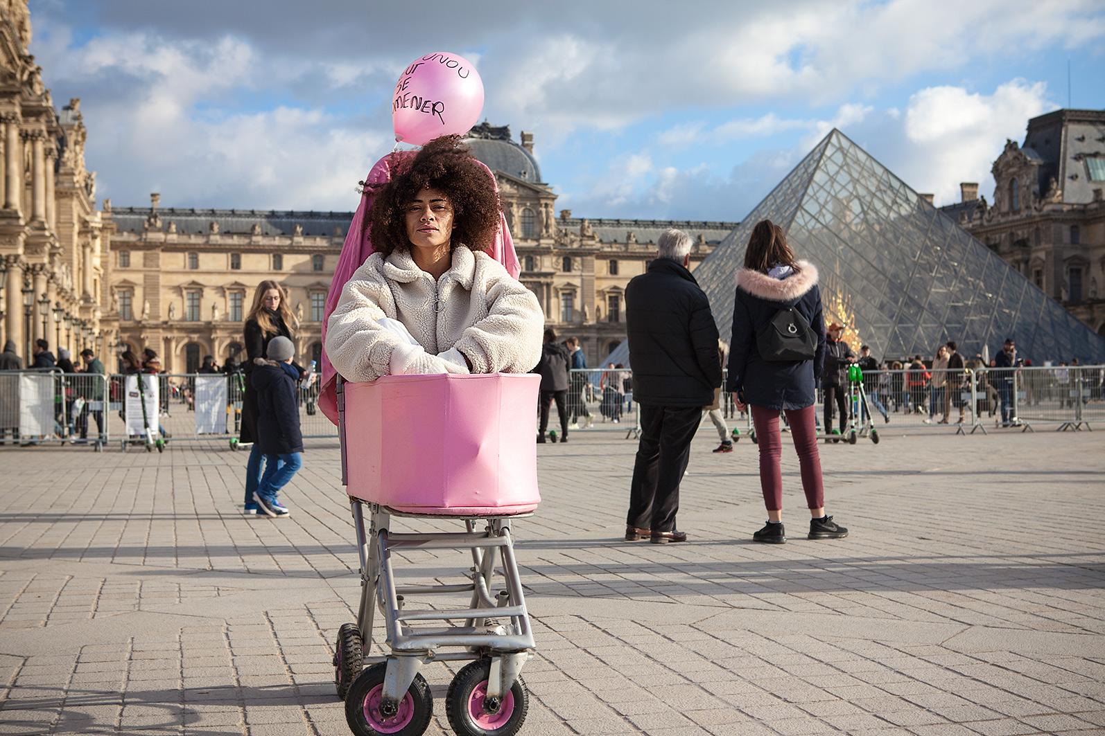 Mulher dentro carrinho no Museu Louvre