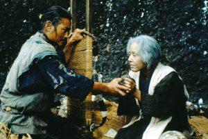 ken ogata e sumiko sakamoto nas costas em a balada de narayama
