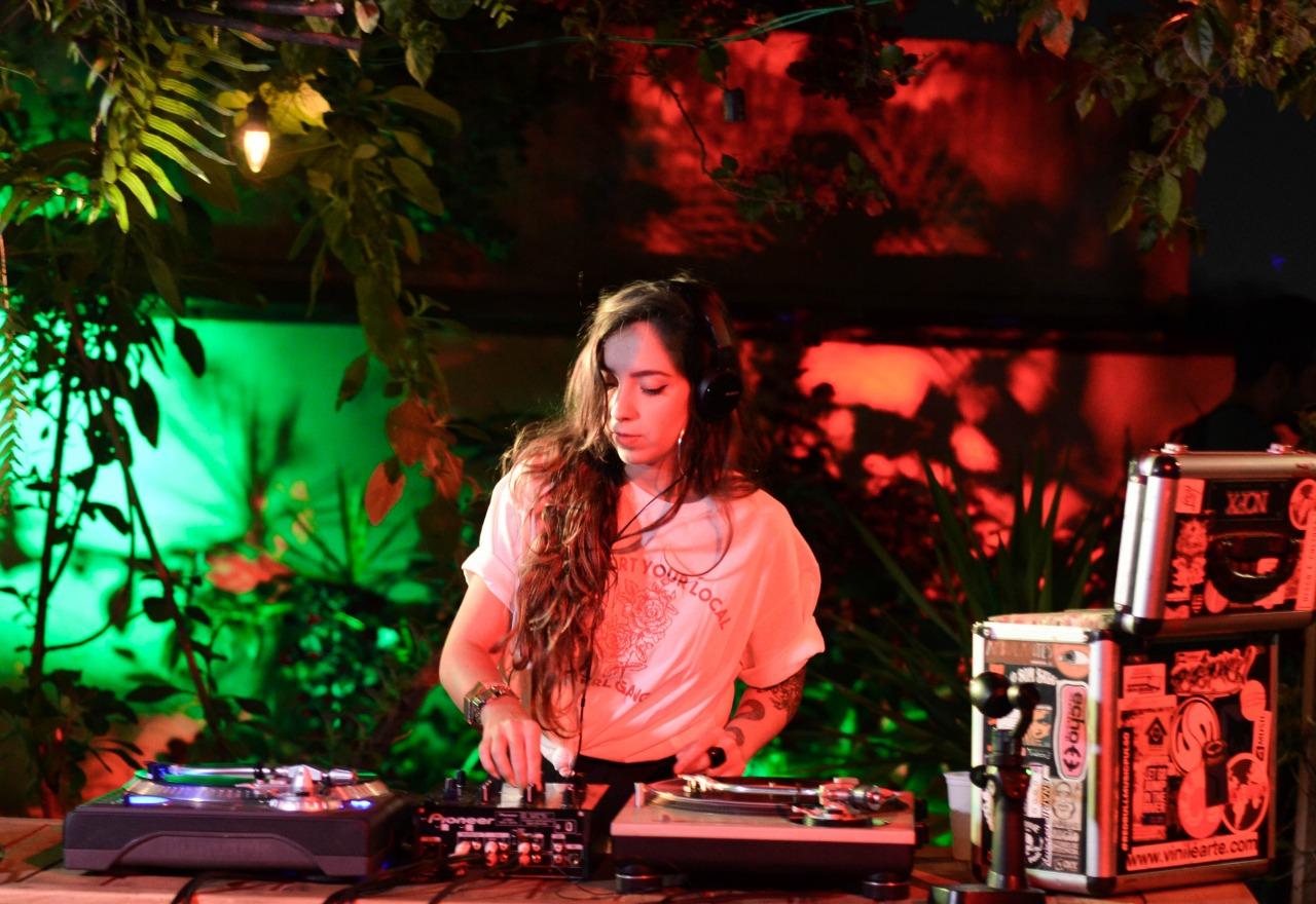 DJ Julia tocando