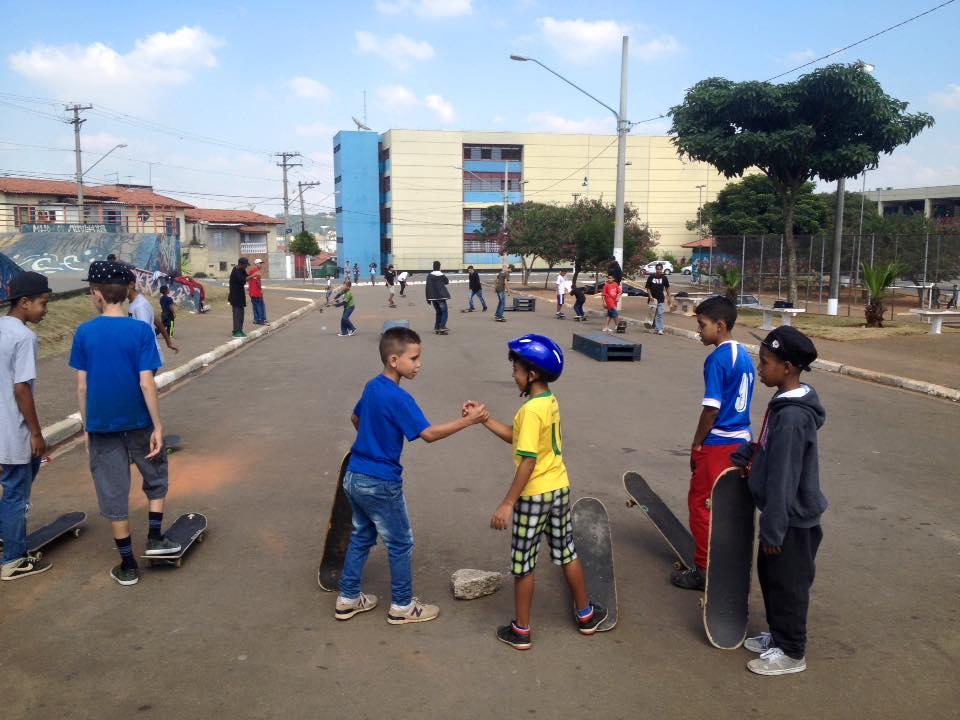 crianças andam de skate